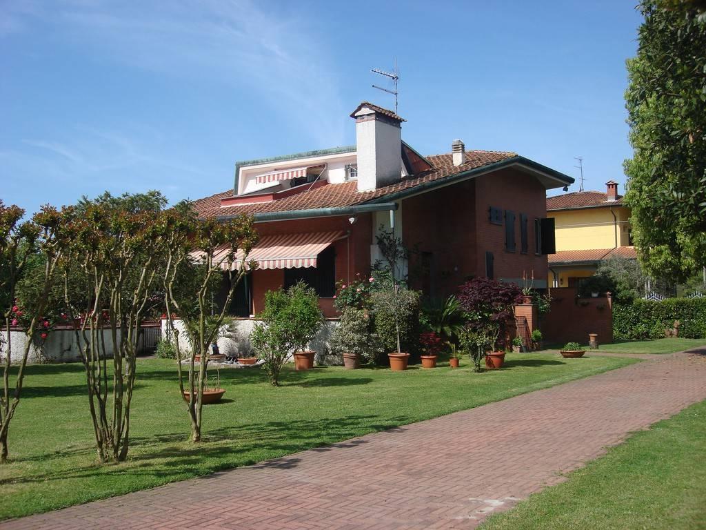 Villa in vendita a Montignoso, 7 locali, prezzo € 650.000 | PortaleAgenzieImmobiliari.it