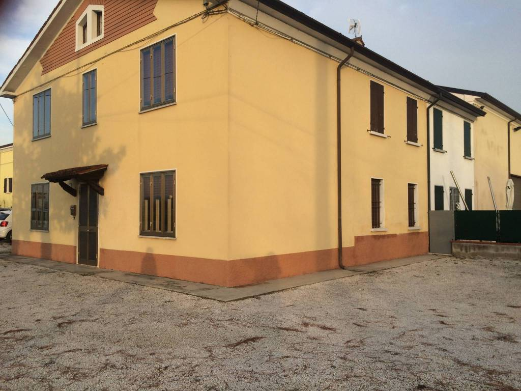 Villa in vendita a Volta Mantovana, 8 locali, prezzo € 100.000 | CambioCasa.it