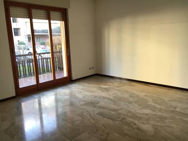 Appartamento in buone condizioni in affitto Rif. 4401449