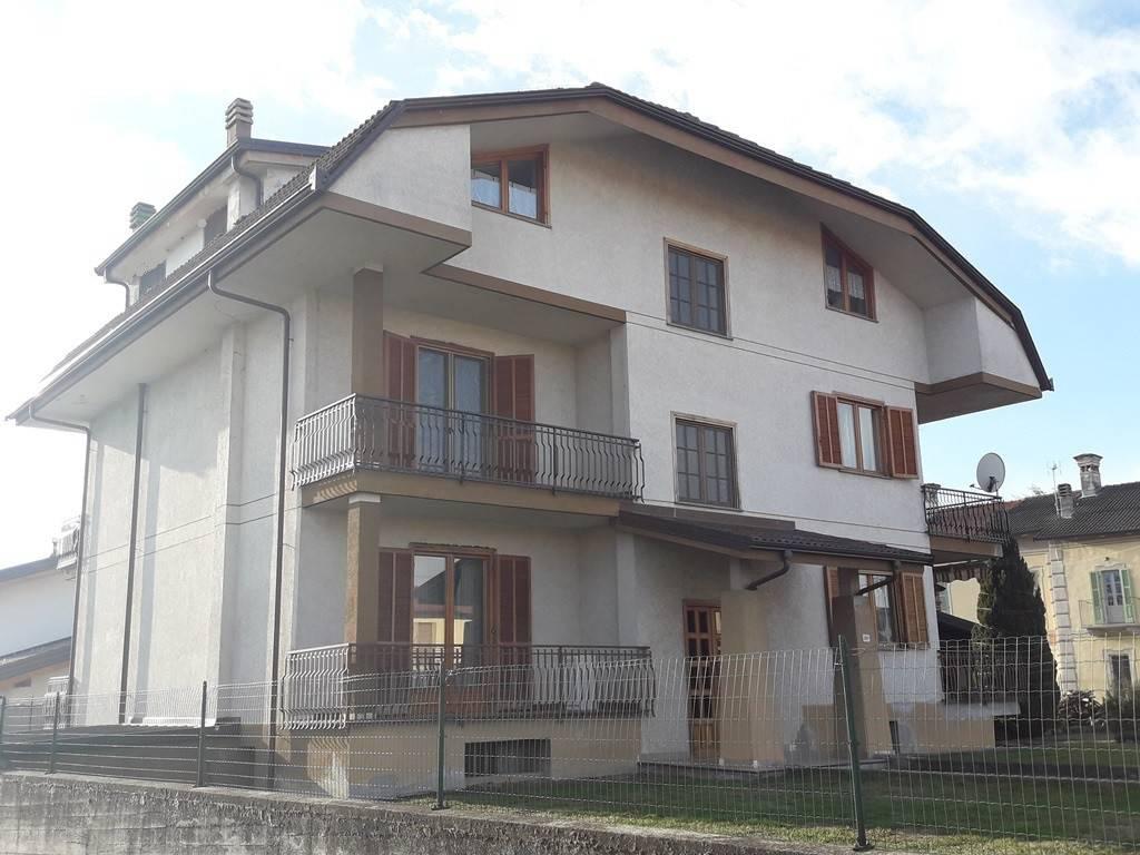 Appartamento in buone condizioni in vendita Rif. 8198332