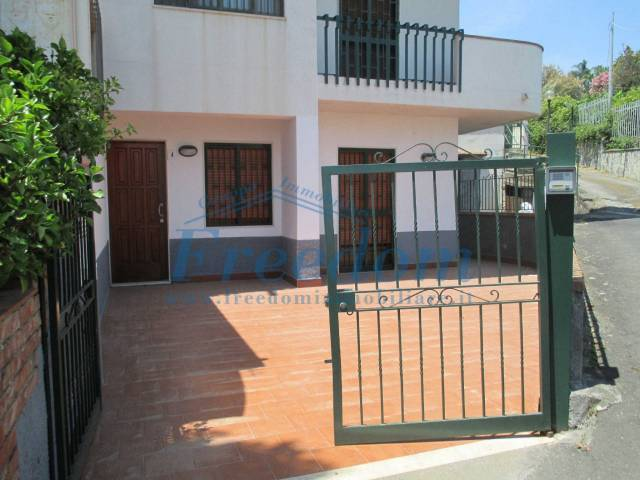 Appartamento in Vendita a Aci Castello Centro: 4 locali, 105 mq
