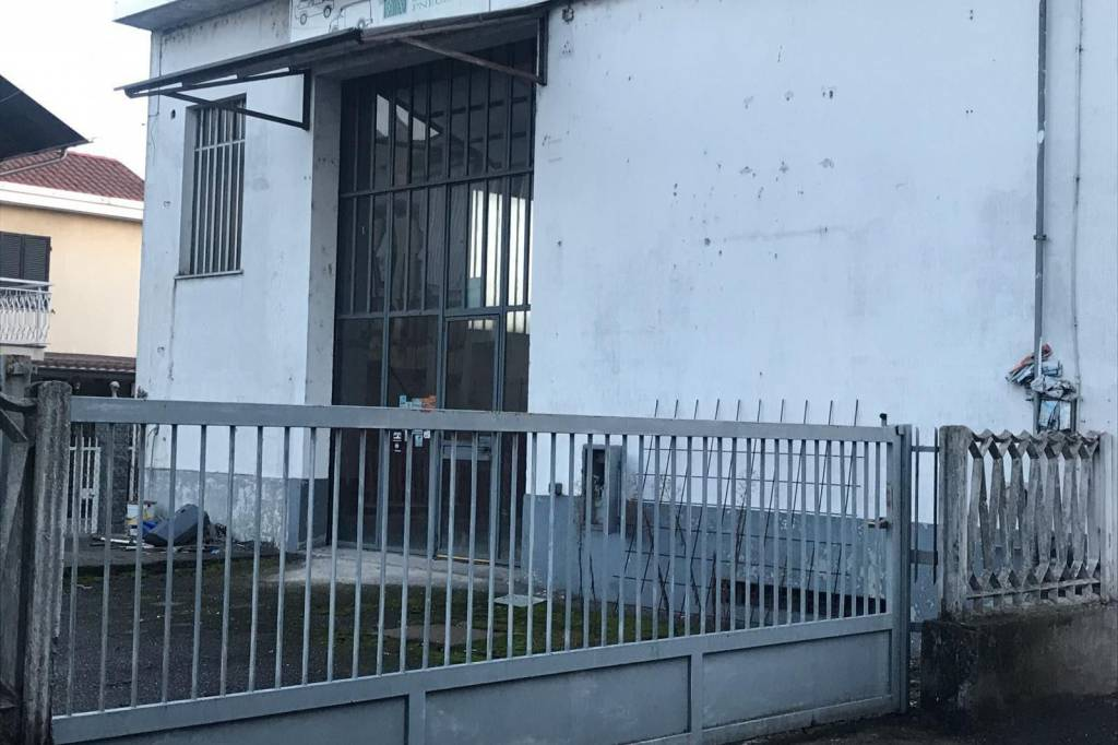 Immagine immobiliare Chivasso , Str. Torino - locale commerciale 300 mq Chivasso, Stradale Torino, fronte strada, massima visibilità si affitta locale commerciale di oltre 300 mq + soppalco con annesso magazzino, laboratorio e tettoia, in totale la...