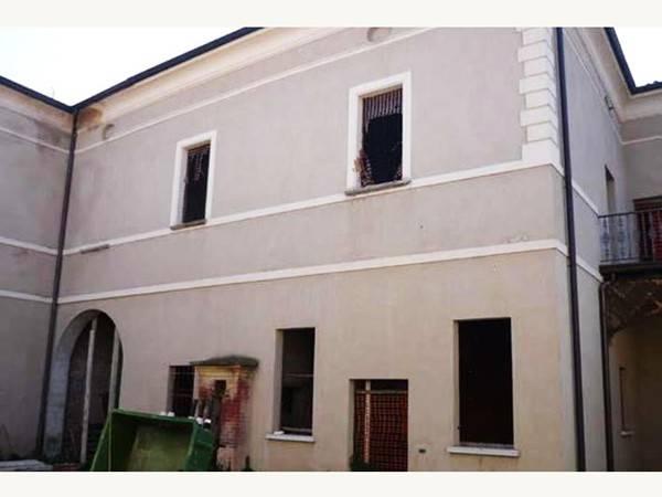 Palazzo / Stabile in vendita a Asola, 6 locali, prezzo € 130.000 | CambioCasa.it