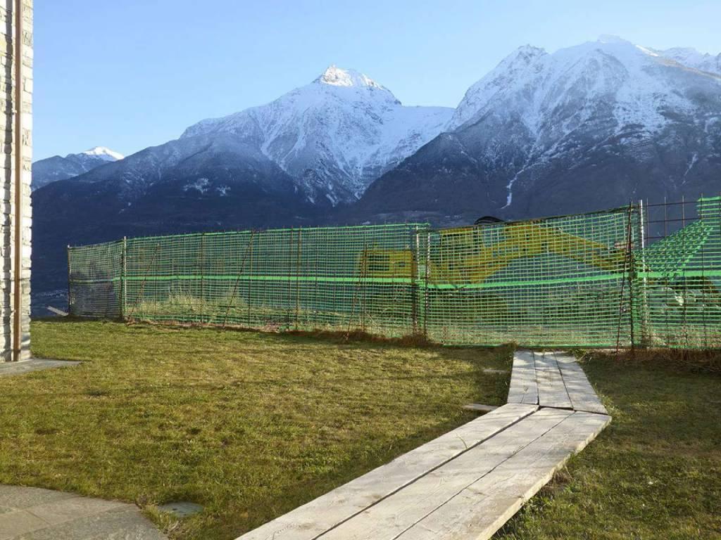 Aosta Quart, panoramico, soleggiato, accogliente alloggio con mansarda, giardino, balcone, taverna