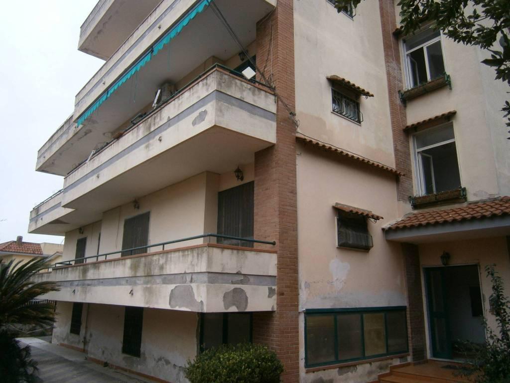 Appartamento in buone condizioni in vendita Rif. 8549648