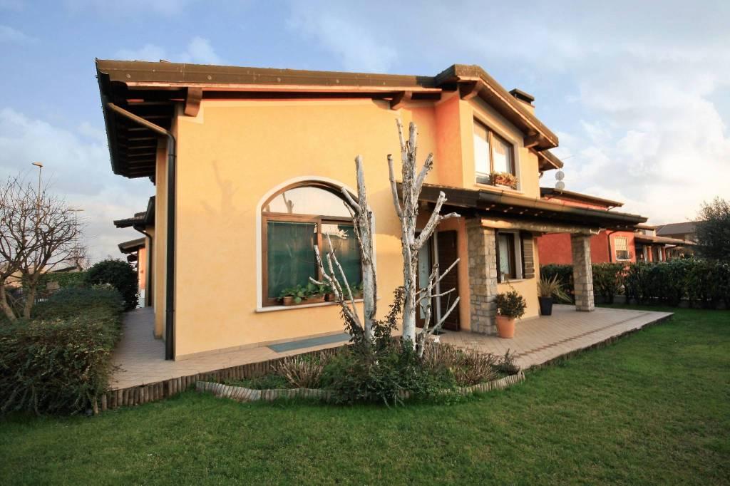 Villa in vendita a Bagnolo Mella, 6 locali, prezzo € 390.000 | CambioCasa.it