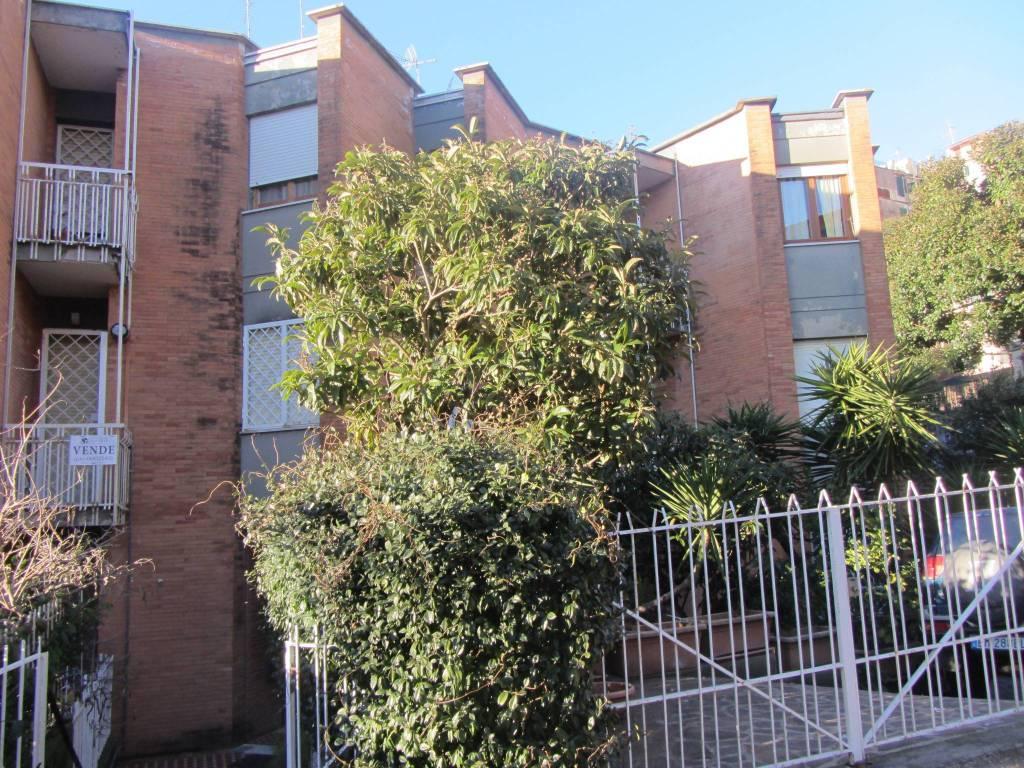 Appartamento in buone condizioni parzialmente arredato in affitto Rif. 7483136