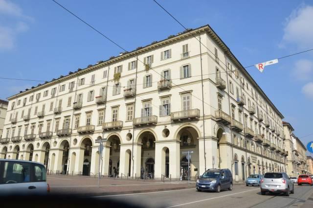 Immagine immobiliare Appartamento in vendita in Lungo Po Cadorna Proponiamo in vendita in piazza Vittorio Veneto , angolo Lungo Po Cadorna , in uno stabile d'epoca risalente al 1.800 , con ascensore e portineria , un appartamento al piano secondo , di mq. 252...