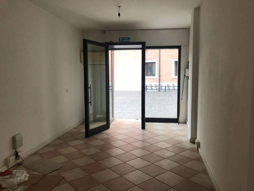 Negozio in vendita via Palazzo Venezia