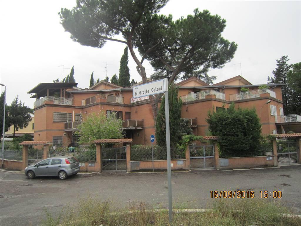 Villa a Schiera in vendita 6 vani 250 mq.  via di Grotte Celoni Roma