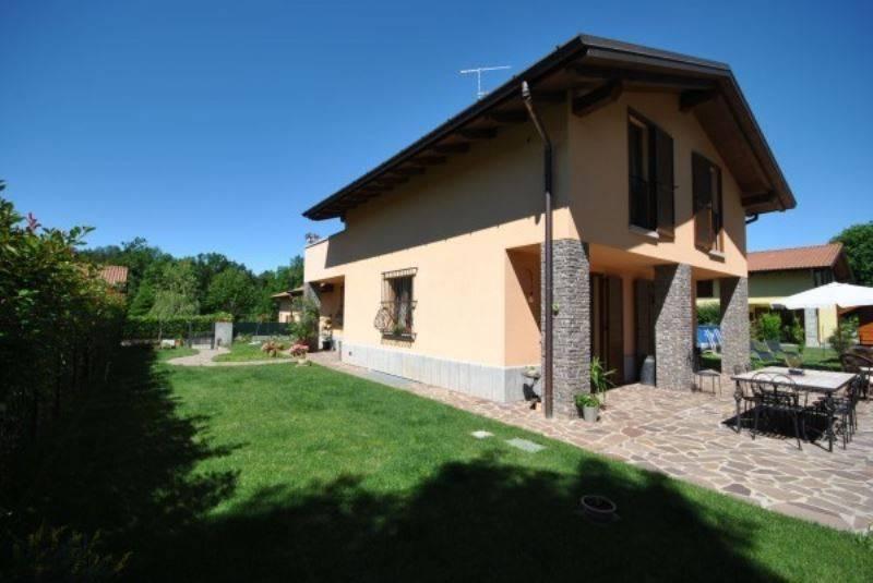 Villa in vendita a Galliate Lombardo, 6 locali, prezzo € 480.000 | CambioCasa.it