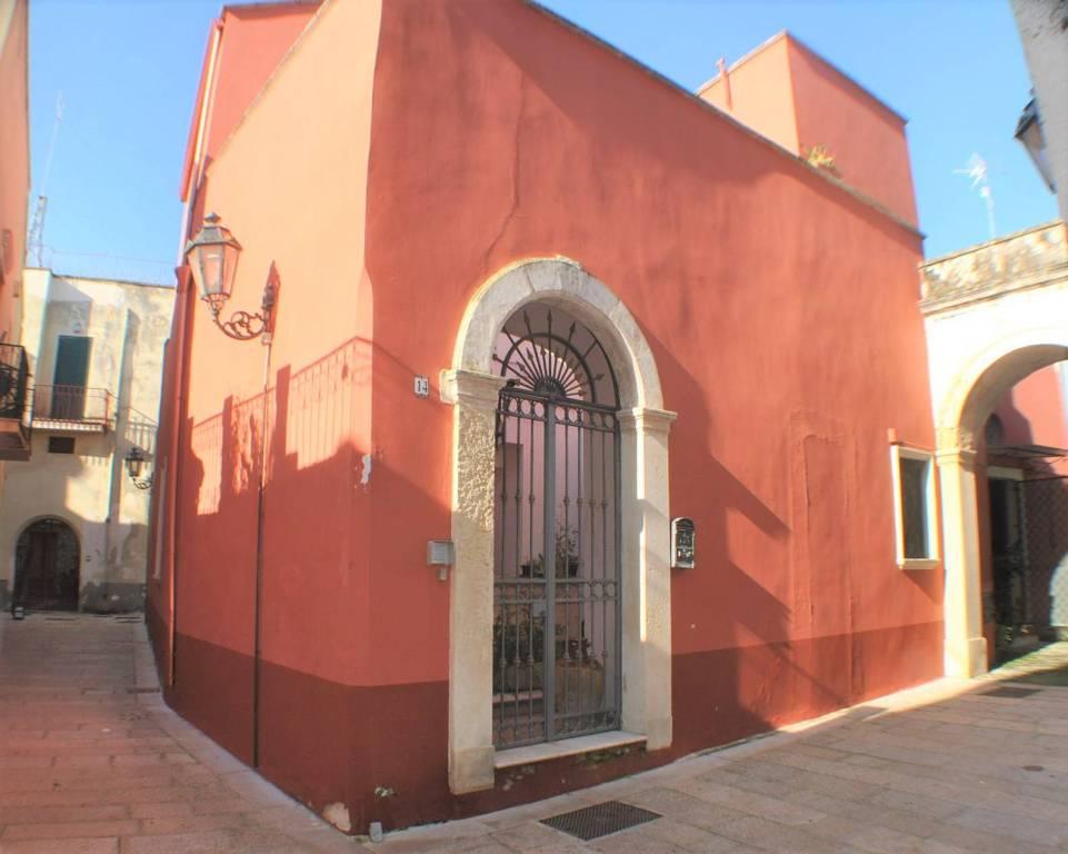 Palazzo in Vendita a Arnesano Centro: 5 locali, 248 mq