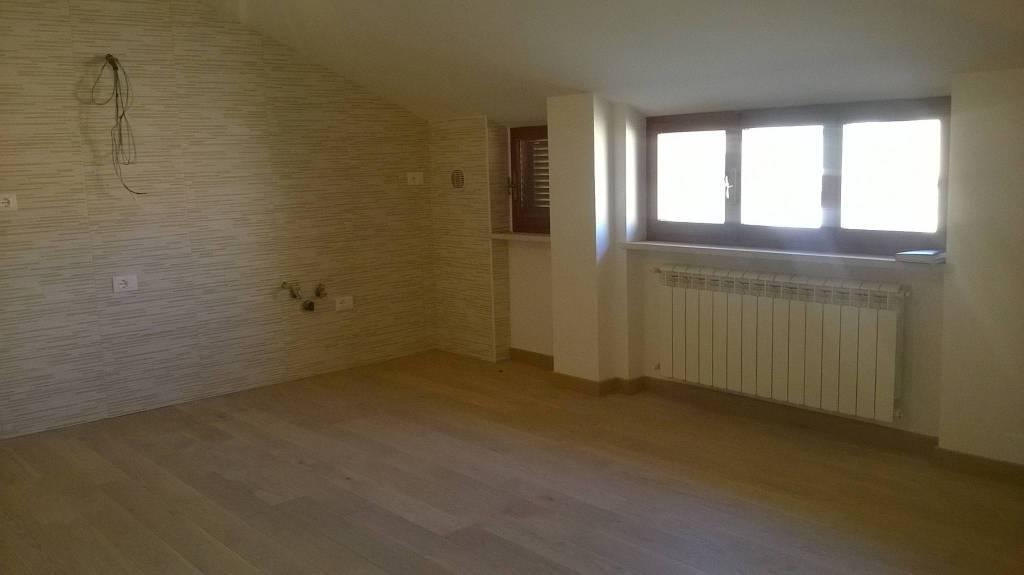 Appartamento in buone condizioni in affitto Rif. 8493450