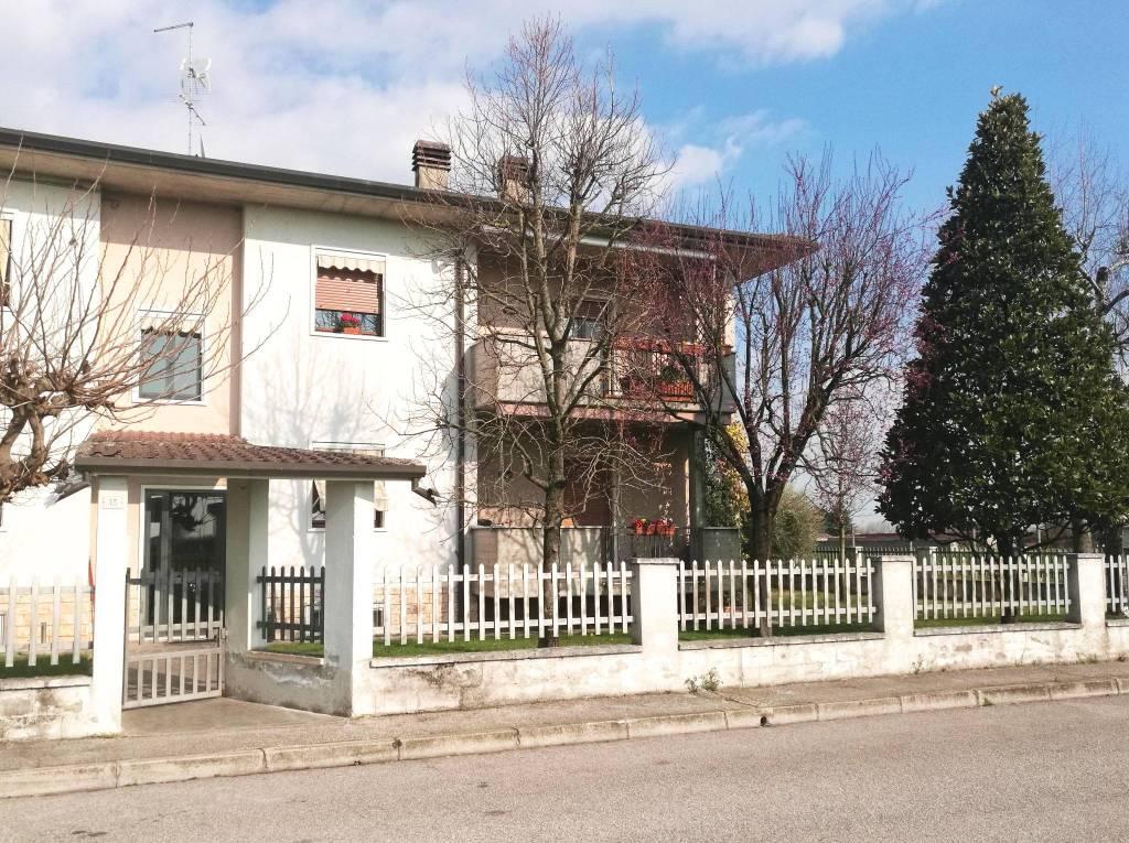 Castel d'Azzano, siamo a proporre Appartamento al Piano Primo con 2 Autorimesse e 2 Cantine in Asta