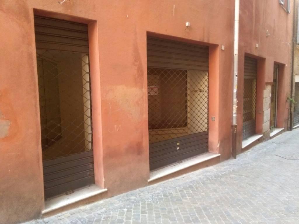 Negozio con 3 vetrine piano strada nel cuore della città