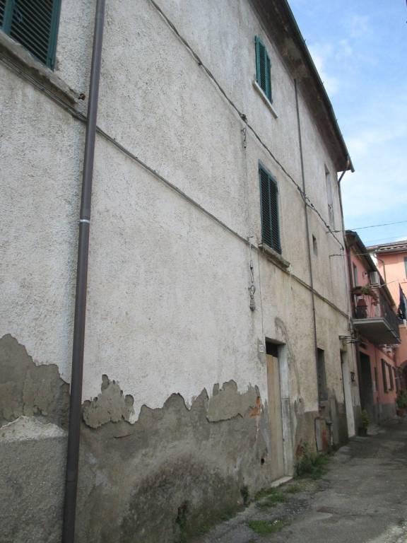 Stabile 6 locali in vendita a Pistoia (PT)