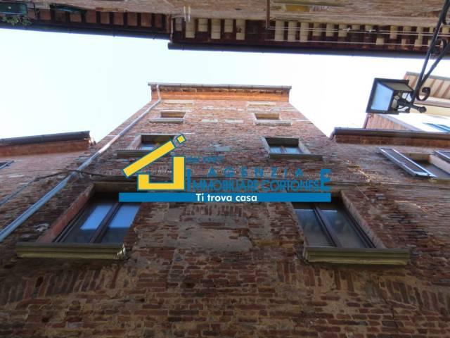 Soluzione Indipendente in vendita a Foiano della Chiana, 6 locali, prezzo € 180.000 | CambioCasa.it