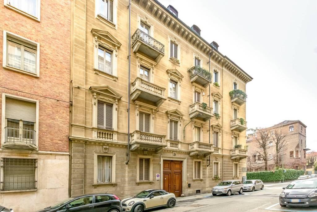 Immagine immobiliare In Via Valeggio angolo Via Lamarmora a Torino, nel quartiere Crocetta, in una palazzina di inizio '900 con ascensore vendiamo appartamento di 130 m² situato al 2° piano. Internamente lo spazio è così suddiviso: ingresso,...