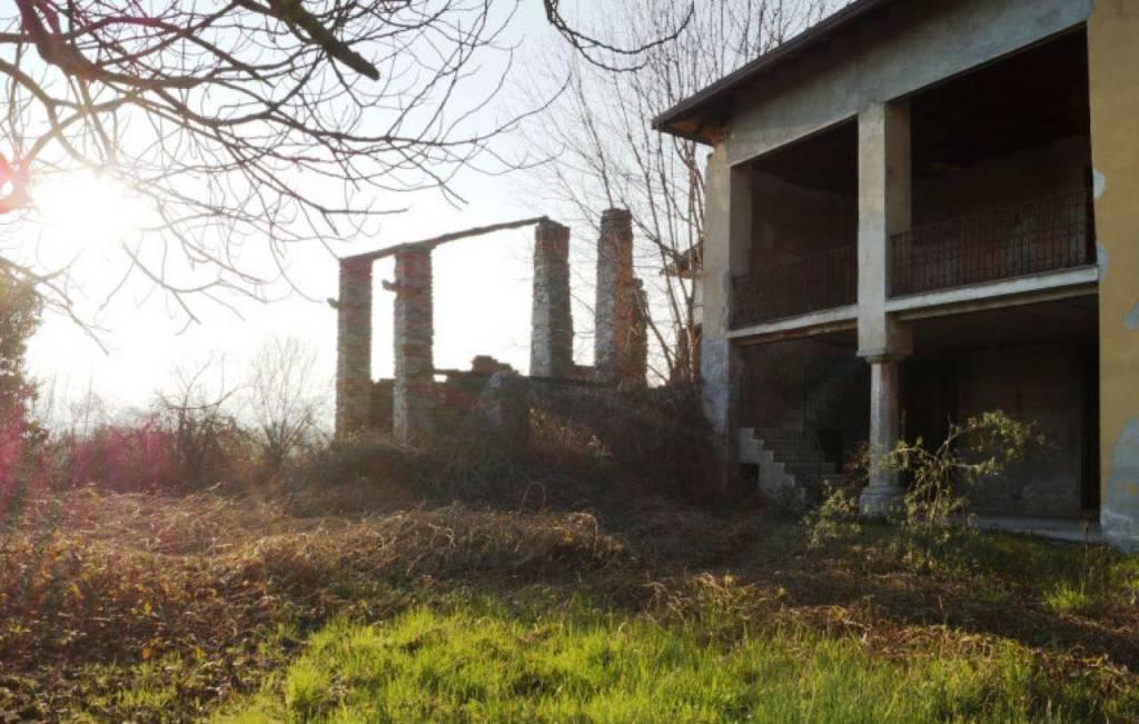 Villa in vendita a Malgesso, 10 locali, prezzo € 132.000   CambioCasa.it