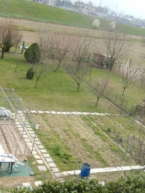 TRILOCALE DOPPI SERVIZI + 2 BOX 500mq di giardino
