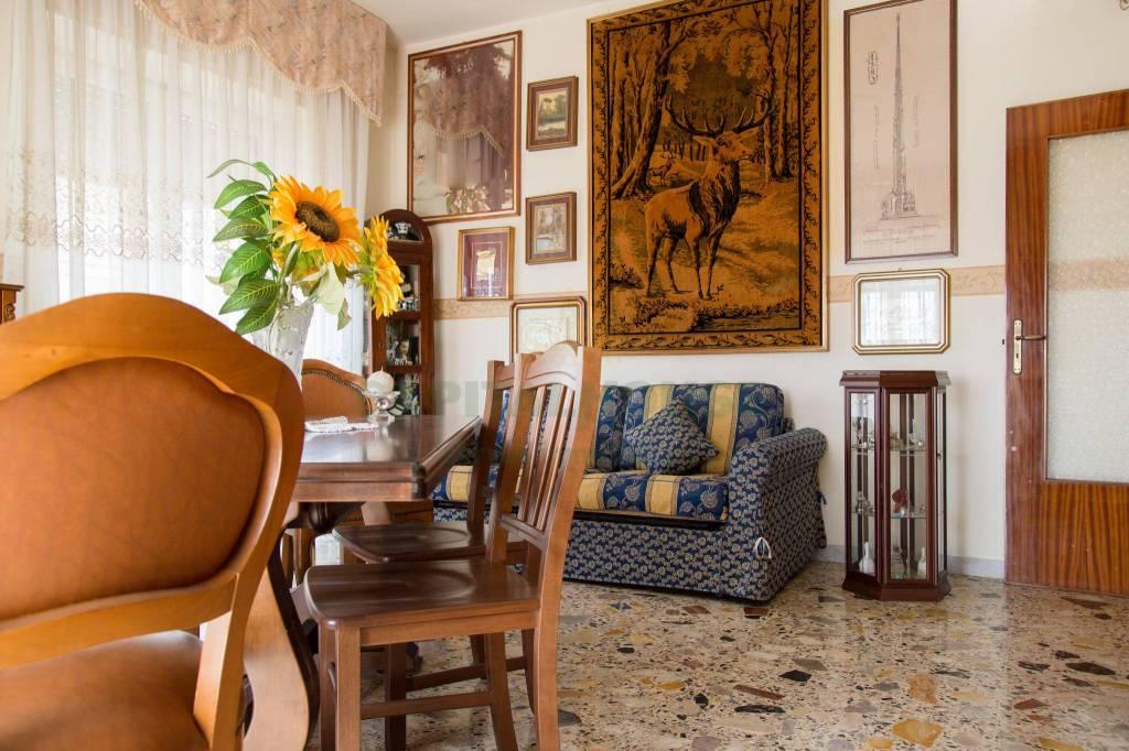 Appartamento in buone condizioni in vendita Rif. 7424605