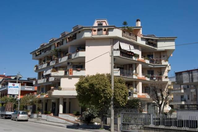 Appartamento in buone condizioni in affitto Rif. 6694184