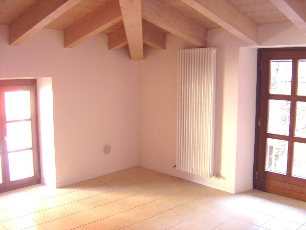 Appartamento in buone condizioni parzialmente arredato in vendita Rif. 6027358