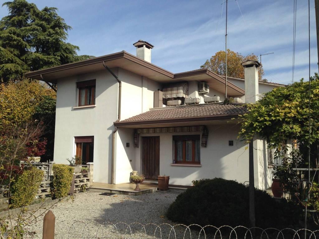 Villa in buone condizioni parzialmente arredato in vendita Rif. 6056388