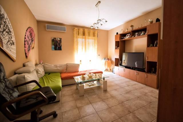 Appartamento in buone condizioni arredato in vendita Rif. 6054384