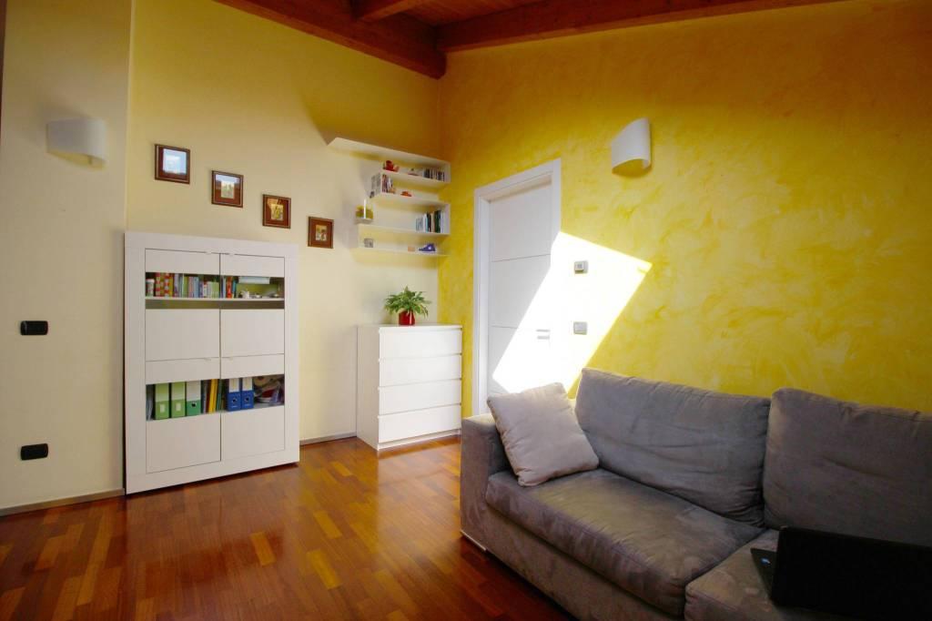 Appartamento in vendita a Rovellasca, 2 locali, prezzo € 115.000 | CambioCasa.it