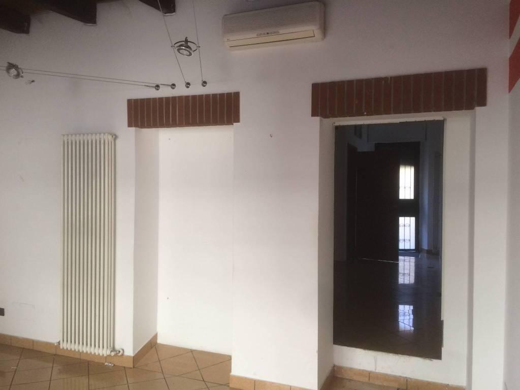 Negozio Centralissimo con vetrina e ingresso Rif. 6099102