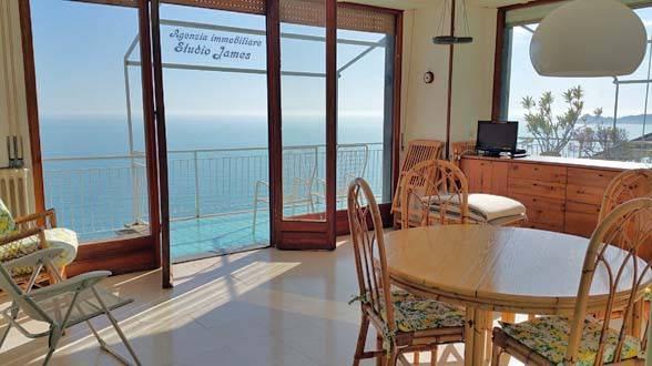 Attico sul mare, ampi terrazzi, garage, cabina con doccia