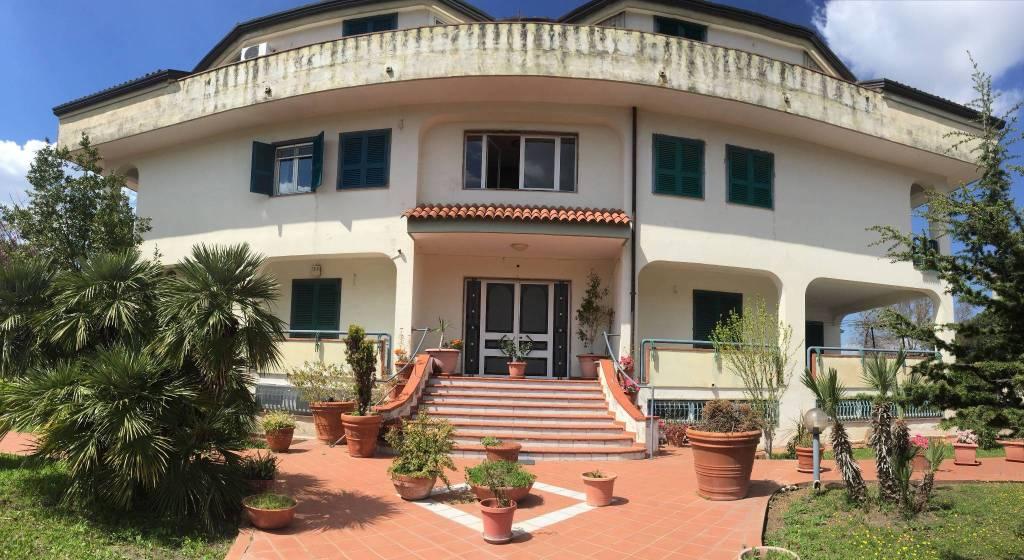 Appartamento in buone condizioni in vendita Rif. 8325194
