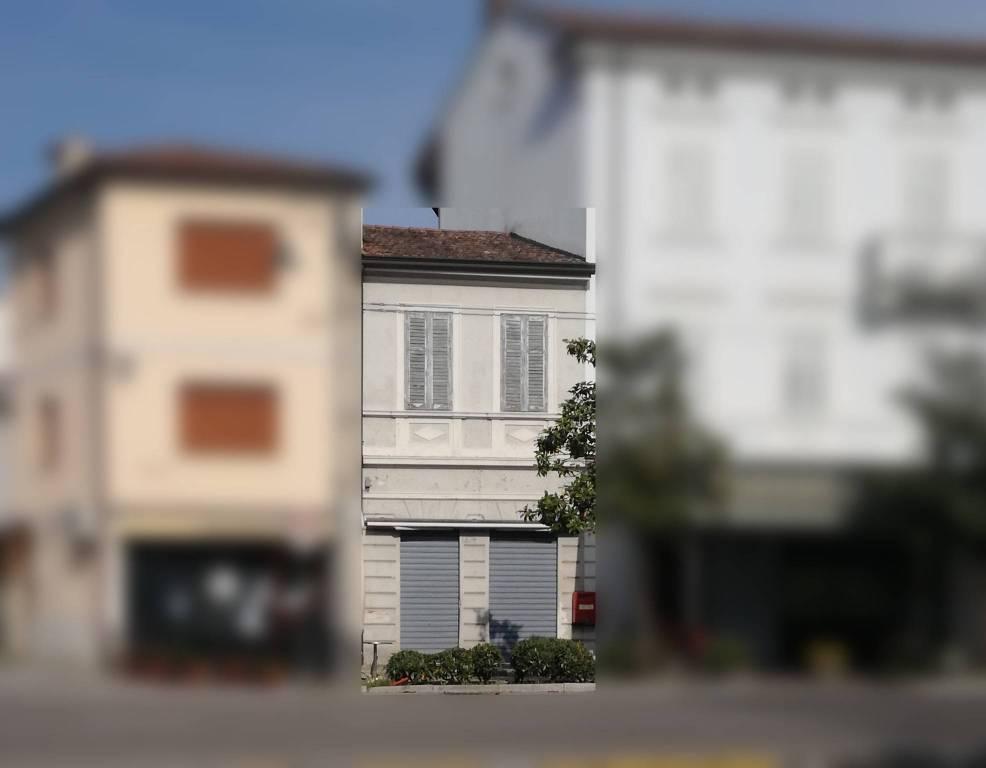 Locale commerciale e appartamento in centro a Gradisca