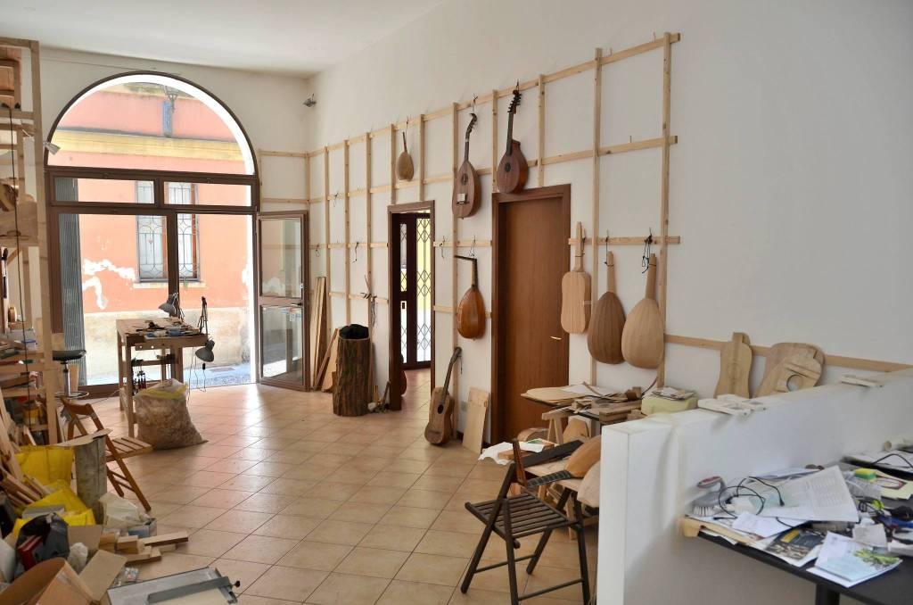 Locale commerciale nella caratteristica Via Torriani.