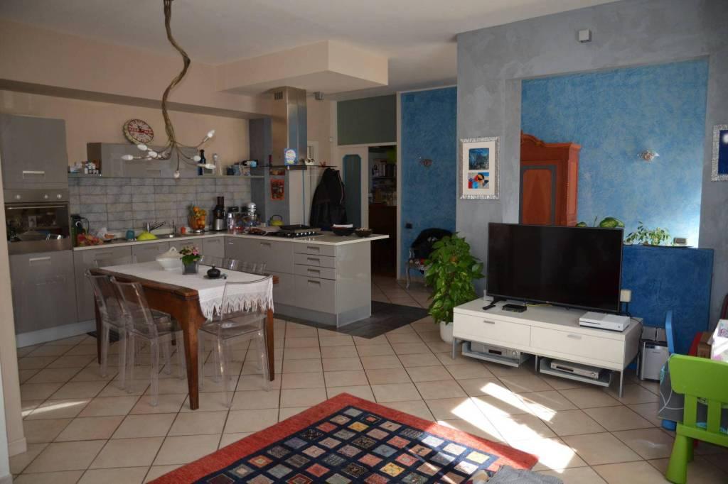 Appartamento in ottime condizioni in vendita Rif. 8198899