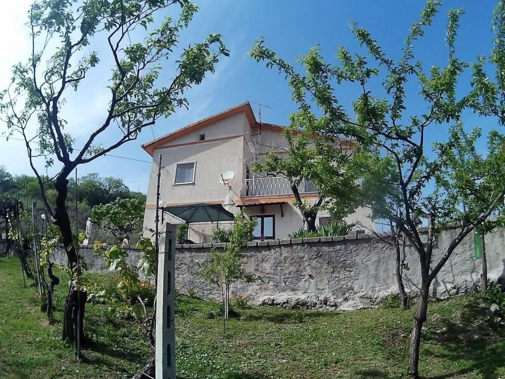 Mompeo (RI)Villa abitabile da subito con ricco terreno