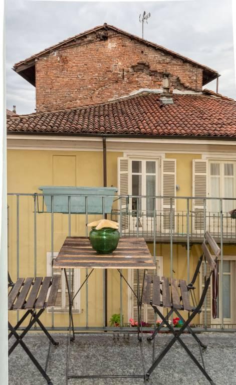 Immagine immobiliare A Moncalieri, nel centro storico a pochi passi da Piazza Vittorio Emanuele II, affittiamo ampio appartamento su due livelli ristrutturato e modernamente arredato situato in palazzo del XVII secolo totalmente restaurato nelle parti comuni....
