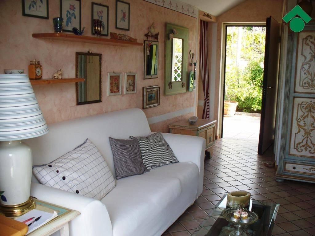 Appartamento in buone condizioni parzialmente arredato in vendita Rif. 9153660