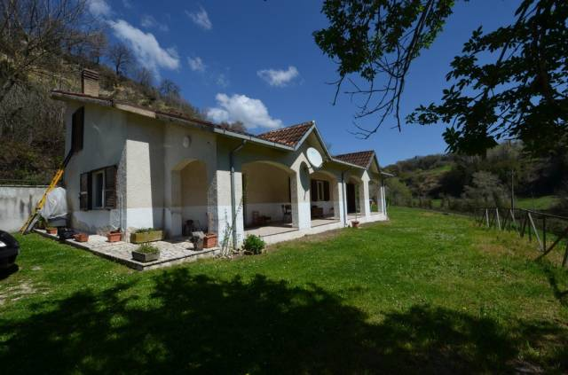 Villa quadrilocale in vendita a Tarano (RI)