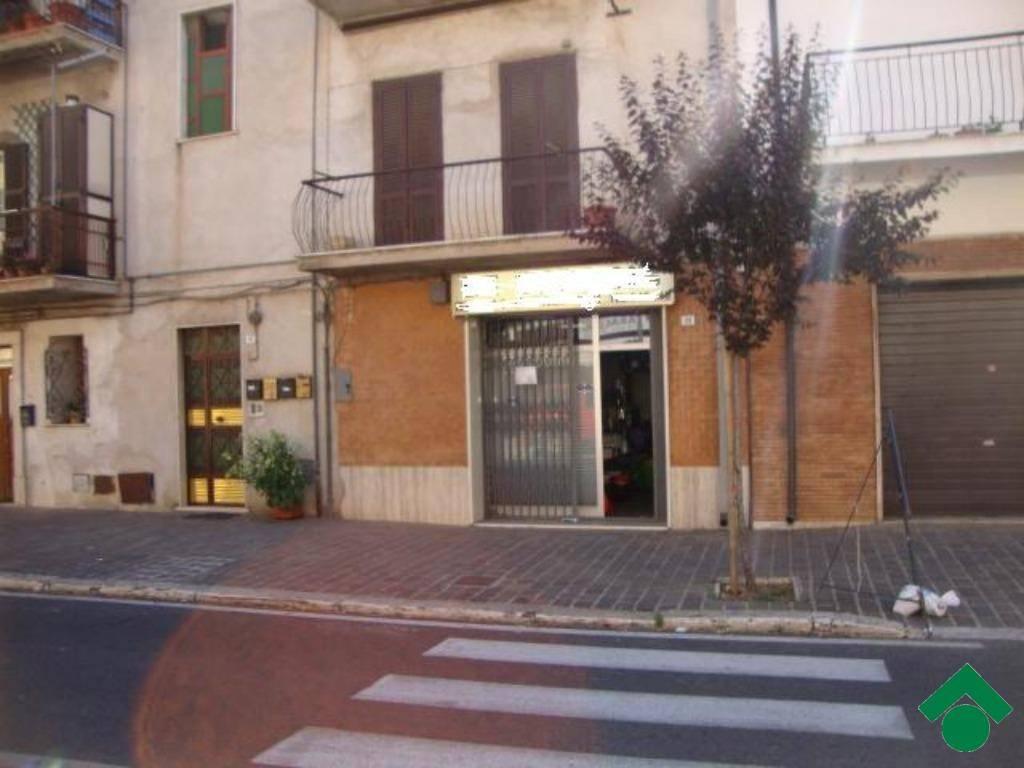 Moricone: Locale commerciale con bagno