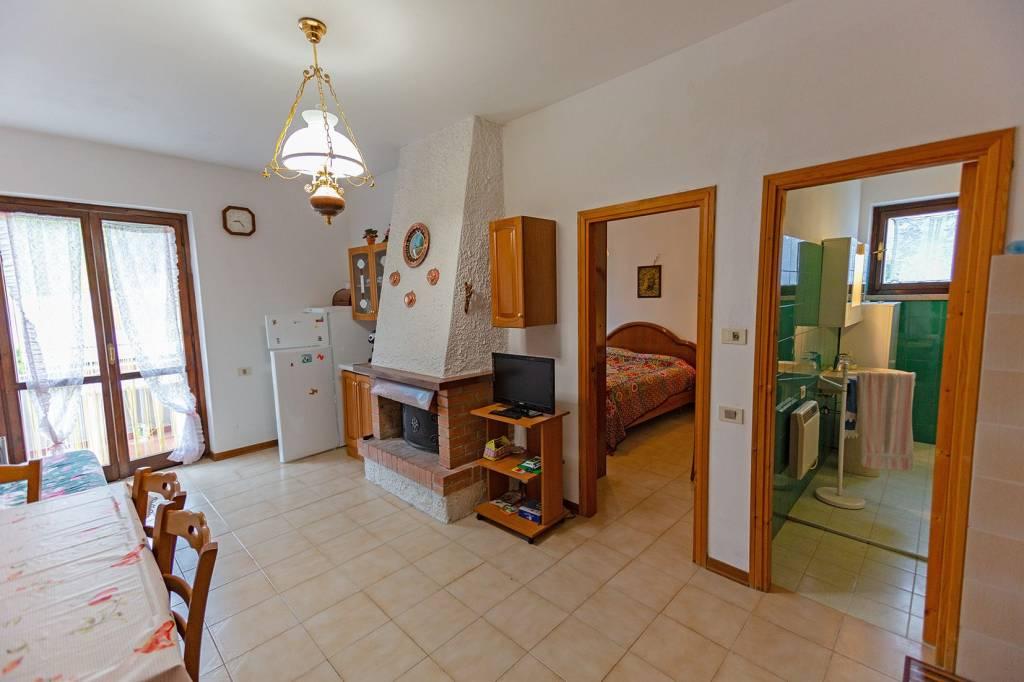 Appartamento in buone condizioni parzialmente arredato in vendita Rif. 8442574