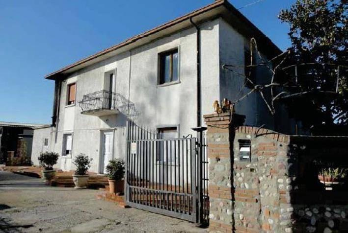 Abitazione su due livelli+officina+terreno a Roverbella
