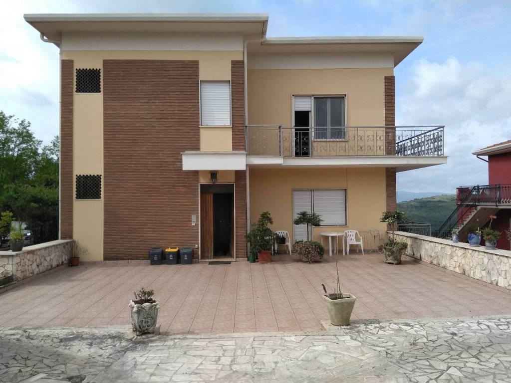 Appartamento in buone condizioni parzialmente arredato in vendita Rif. 8204396