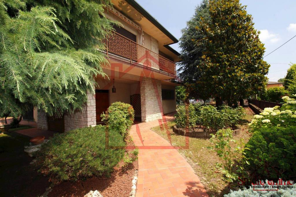Villa in buone condizioni parzialmente arredato in vendita Rif. 6754442