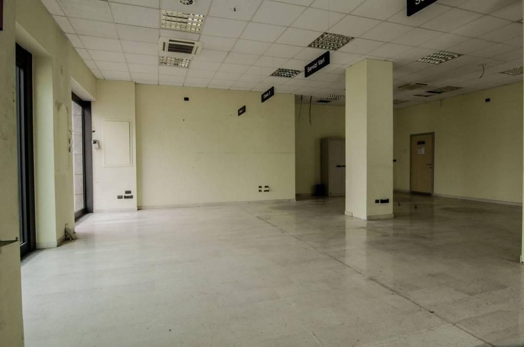 Negozio-locale in Vendita a Foggia Centro: 5 locali, 570 mq