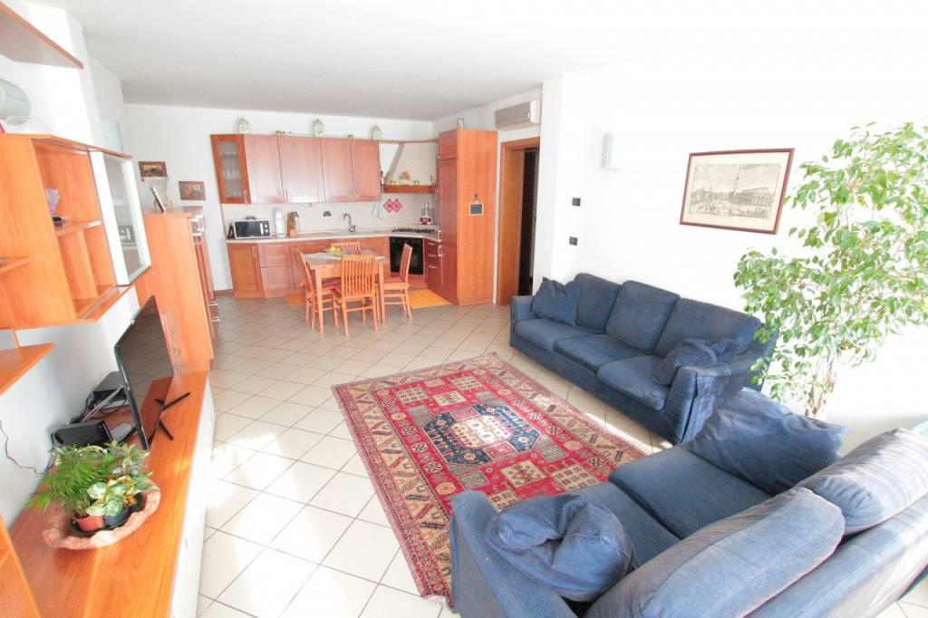Appartamento in buone condizioni parzialmente arredato in vendita Rif. 6809858
