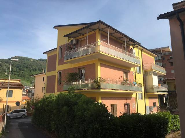 Appartamento in piccola palazzina con esposizione su tre lat