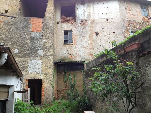 Palazzo / Stabile in Vendita a Maggiora