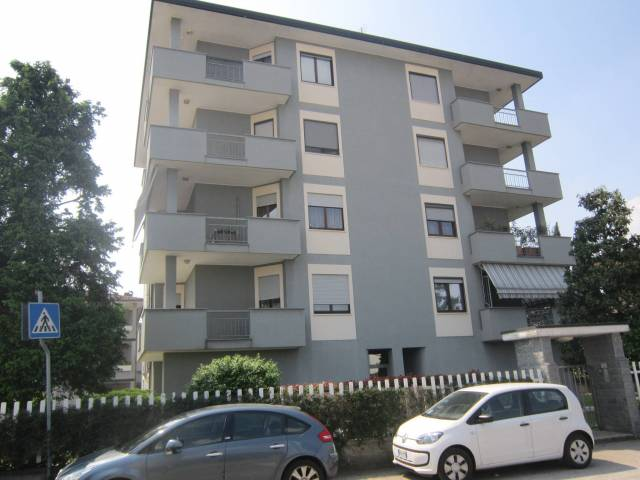 Appartamento in ottime condizioni arredato in affitto Rif. 6905296